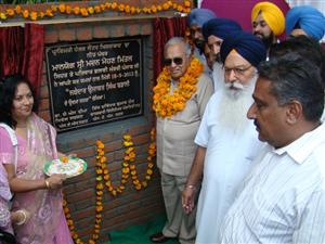 <p>Punjab Health Minister Madan Mohan Mittal inaugurating the new building of Primary Health Center at Khizrabad in Mohali district on Tuesdy, Sept 18</p>