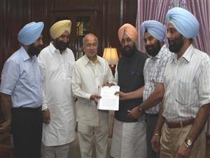 <p>Punjab MP Partap Singh Bajwa accompanied by party MLAs presenting memorendum to Union Home Minister Sushil Kumar Shinde seeking an inquiory into border area development fund scam in Punjab.</p>