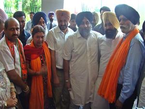<p>Punjab Deputy Chief Minister &nbsp;Sukhbir Singh Badal with newly elected Mayor of Ludhiana Municipal Corporation &nbsp;Harcharan Singh, Senior Deputy Mayor Sunita Aggarwal and Deputy Mayor R.D. Sharma at Ludhiana on Sept 21, 2012.</p>