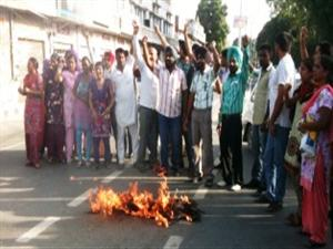 <p>Special Trainer Teachers burnt effigy of Education Minister to register protest for their demands</p>